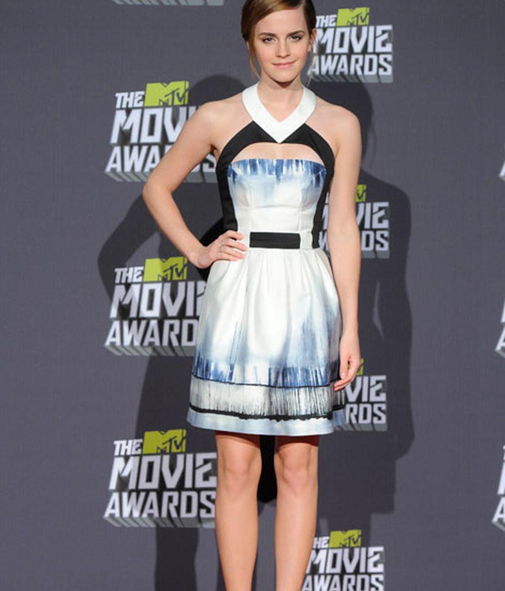Emma Watson, elegante con un minivestido estampado de Maxime Simoens