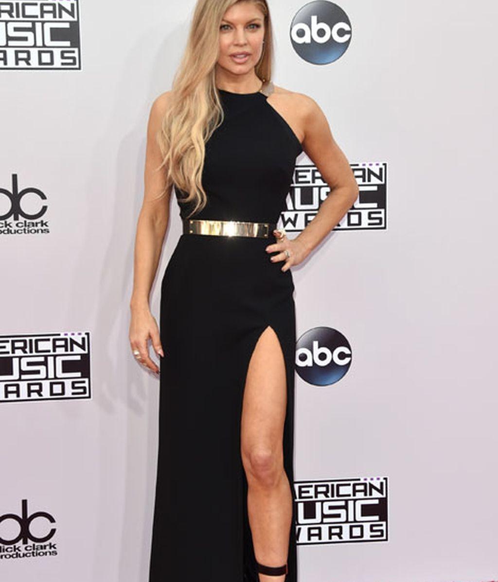 El vestido negro de abertura en la pierna de Fergie lo firmaba Halston Heritage