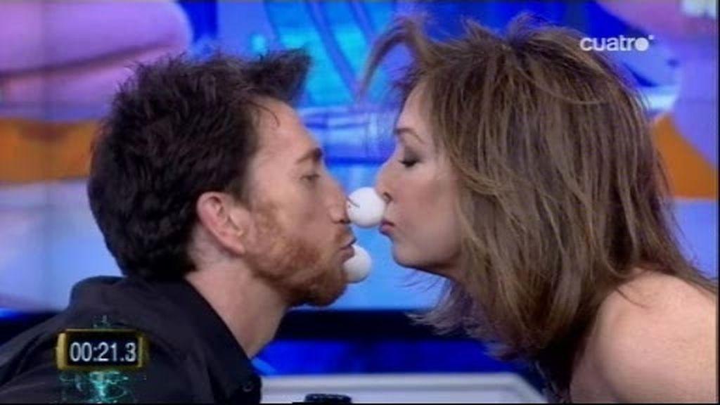 Pablo Motos y Ana Rosa Quintana se besan por culpa de un secador de pelo