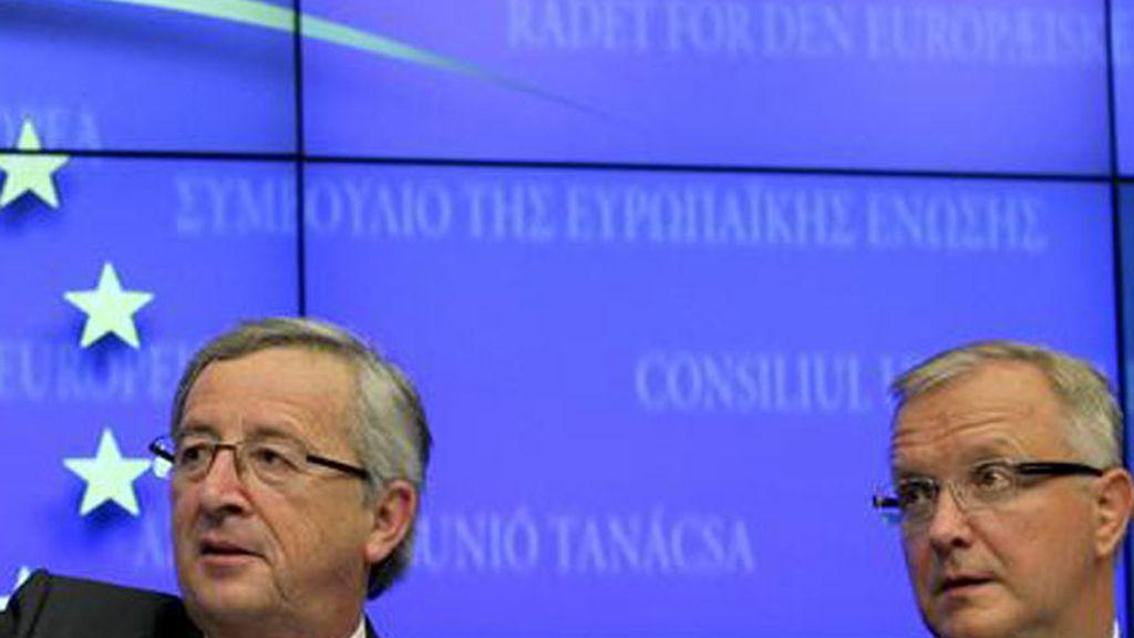 El presidente del Eurogrupo y primer ministro de Luxemburgo, Jean-Claude Juncker (c), y el comisario europeo de Asuntos Económicos y Monetarios, Olli Rehn (d), ofrecen una rueda de prensa en Bruselas (Bélgica).