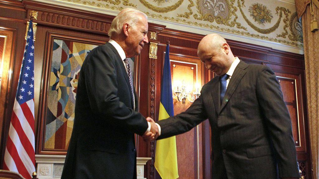 Joe Biden y Oleksander Turchinov