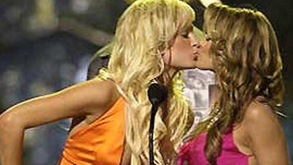 Paris Hilton y Carmen Electra, beso sin derecho a roce