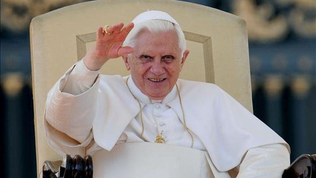 El papa Benedicto XVI saluda a los fieles durante una audiencia pública en el Vaticano. EFE/Archivo