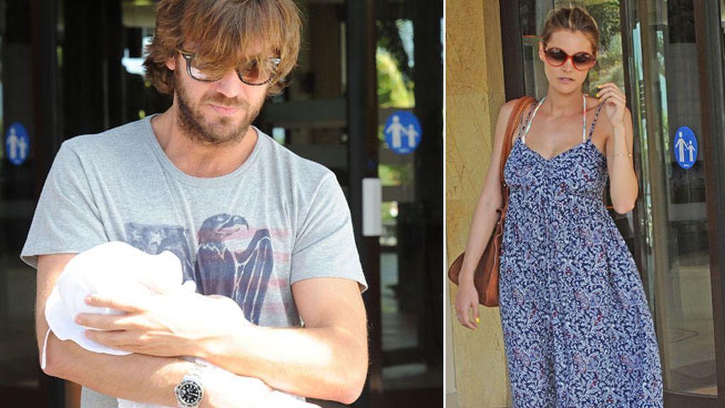 La pareja salió a pasear con su primogénita