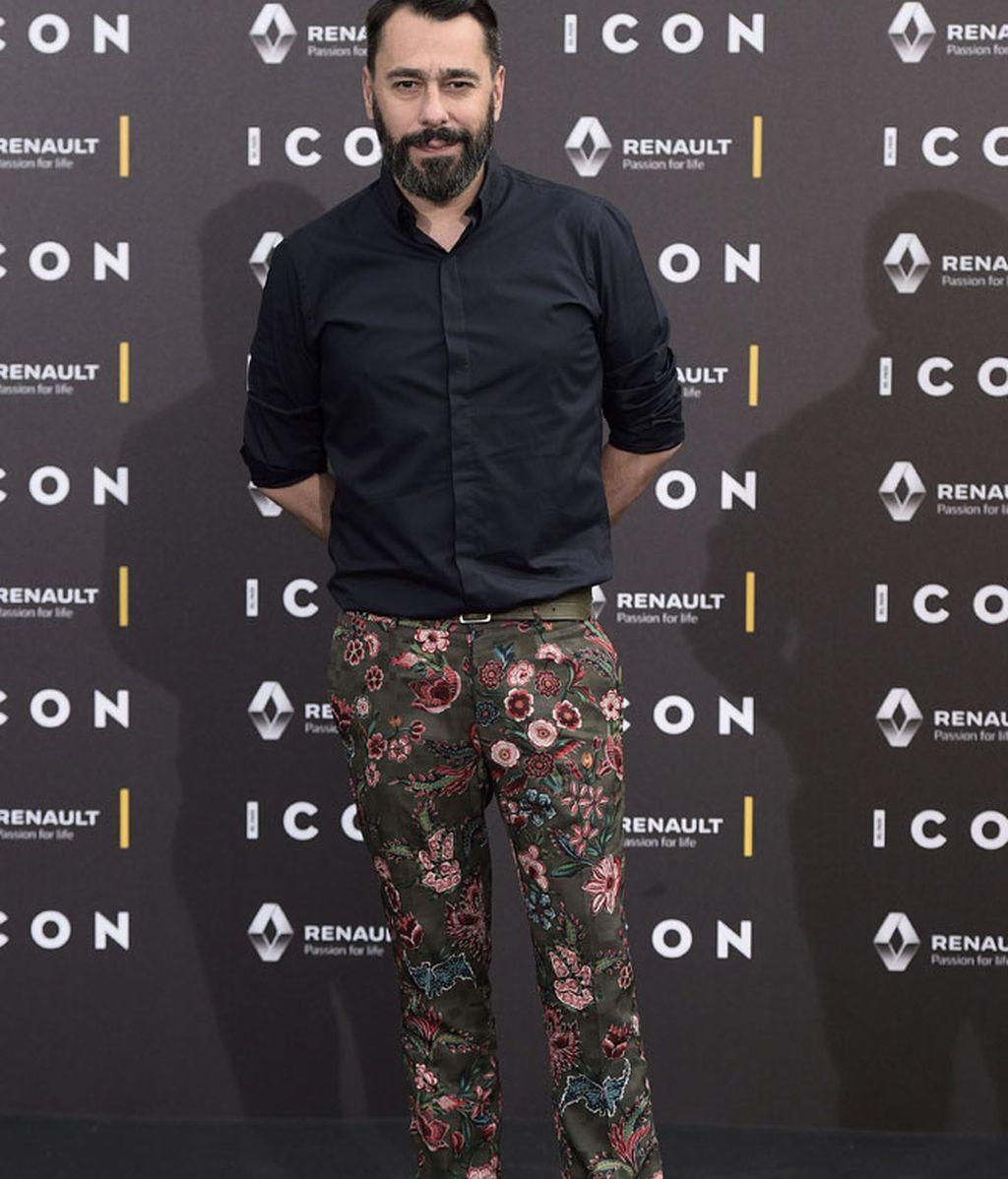El diseñador Juanjo Oliva, pantalón de flores con negro