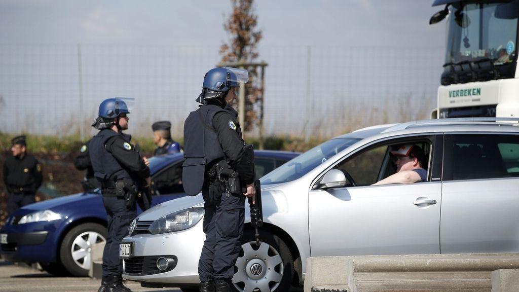 Policías franceses montan guardia en la ciudad de Estrun, cerca de la frontera con Bélgica