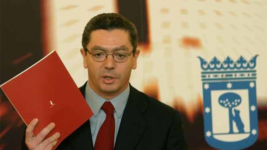 El alcalde de la Madrid durante la enrega de os documentos preliminares para los Juegos Olímpicos de 2012.