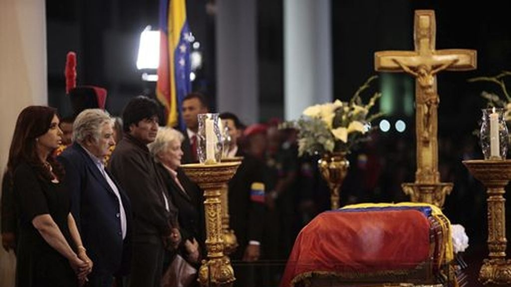 Velan el cuerpo de Chávez