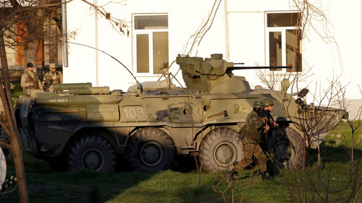 Tropas rusas entran a la fuerza en una base aérea en Crimea
