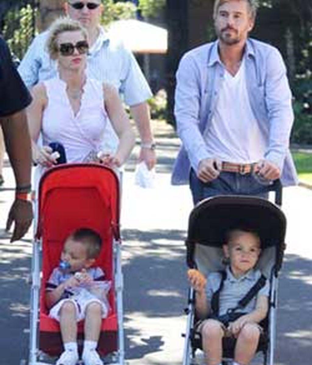 Britney Spears y Jason Trawick dan un paseo junto a los dos hijos de la cantante. Foto: Hollywoodgrind.com