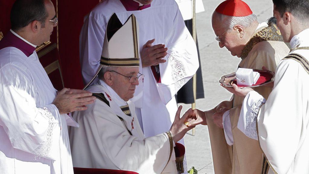 El Papa recibe el Anillo del Pescador en la ceremonia de inicio de su Pontificado
