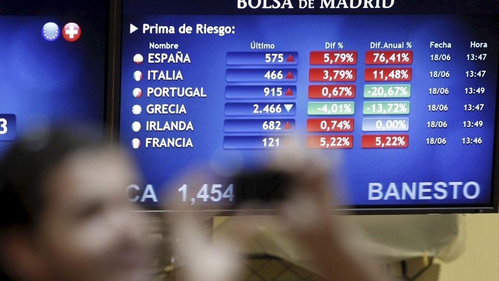 La prima de riesgo española -que mide el diferencial entre la rentabilidad del bono alemán a diez años y su equivalente nacional- está superando este mediodía los 570 puntos básicos por primera vez desde la entrada en el euro, casi cuarenta unidades más que en la apertura. A esta hora, la deuda alemana a diez años, que es la que sirve de referencia, cotizaba al 1,41 % de interés.