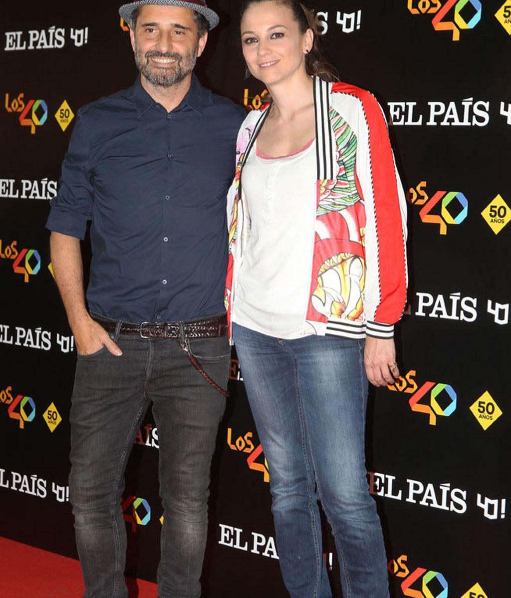 Jorge Drexler con sombrero y Leonor Waitling con el look de temporada: la bomber