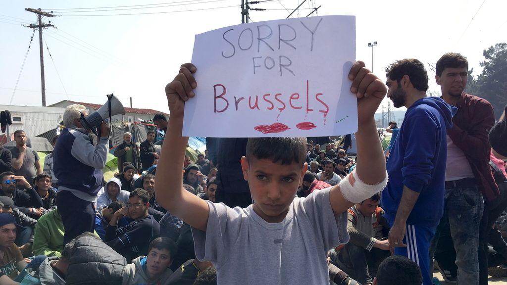 Un niño se solidariza con Bruselas en el campo de refugiados de Idomeni