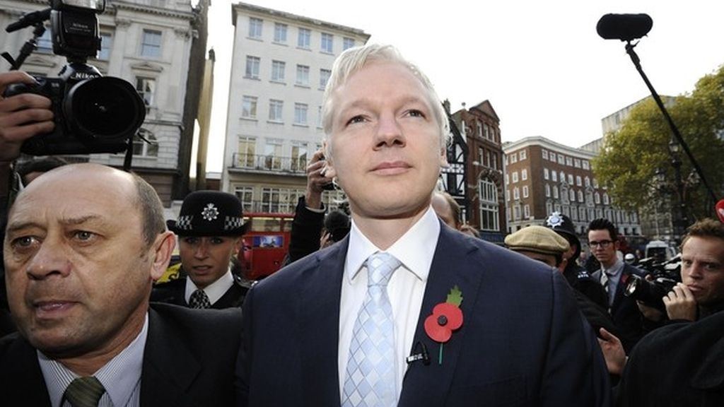 Julian Assange a la entrada de la Corte de Justicia en Londres