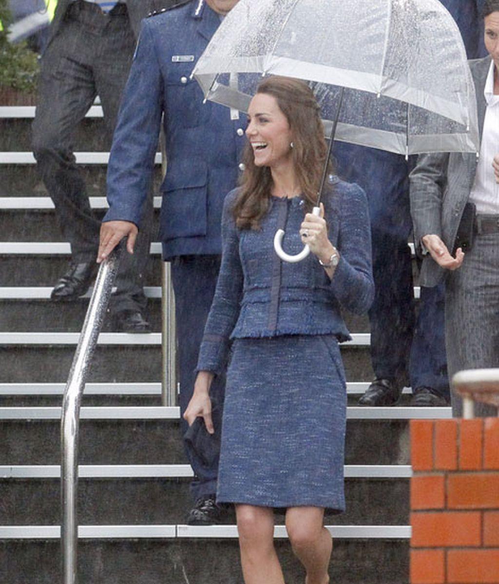 En su despedida de Nueva Zelanda, ha llevado un azul dos piezas de Rebeca Taylor