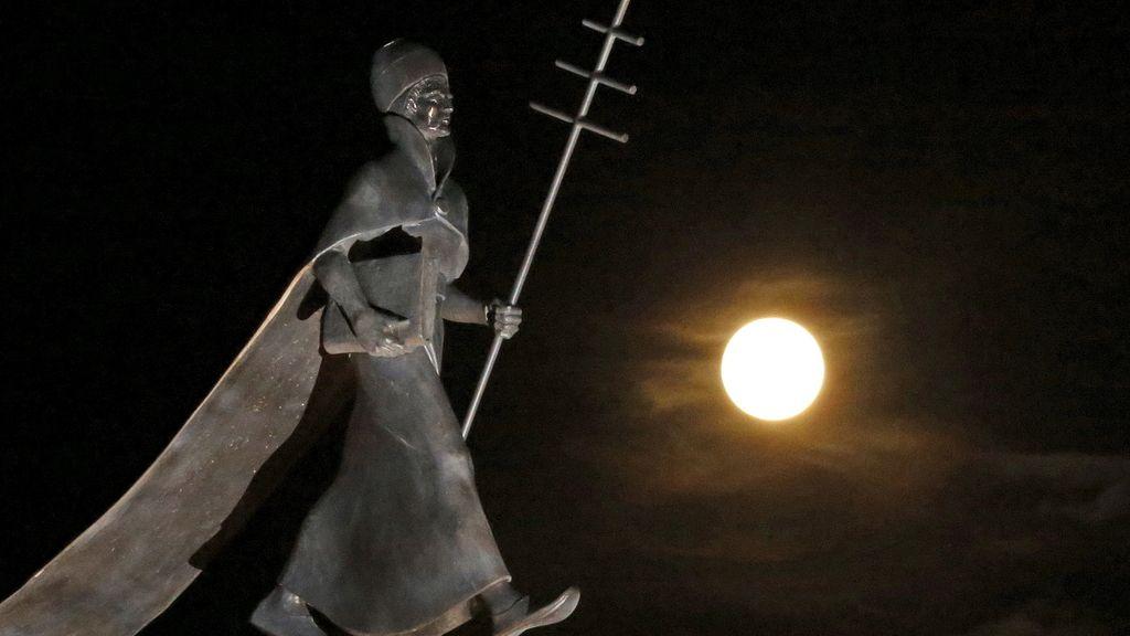 La sobra de la estatua del Papa Leon IX se proyecta en la 'superluna' en Francia