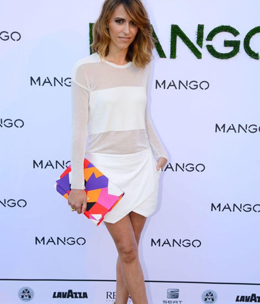 Laura Vecino con un bolso multicolor