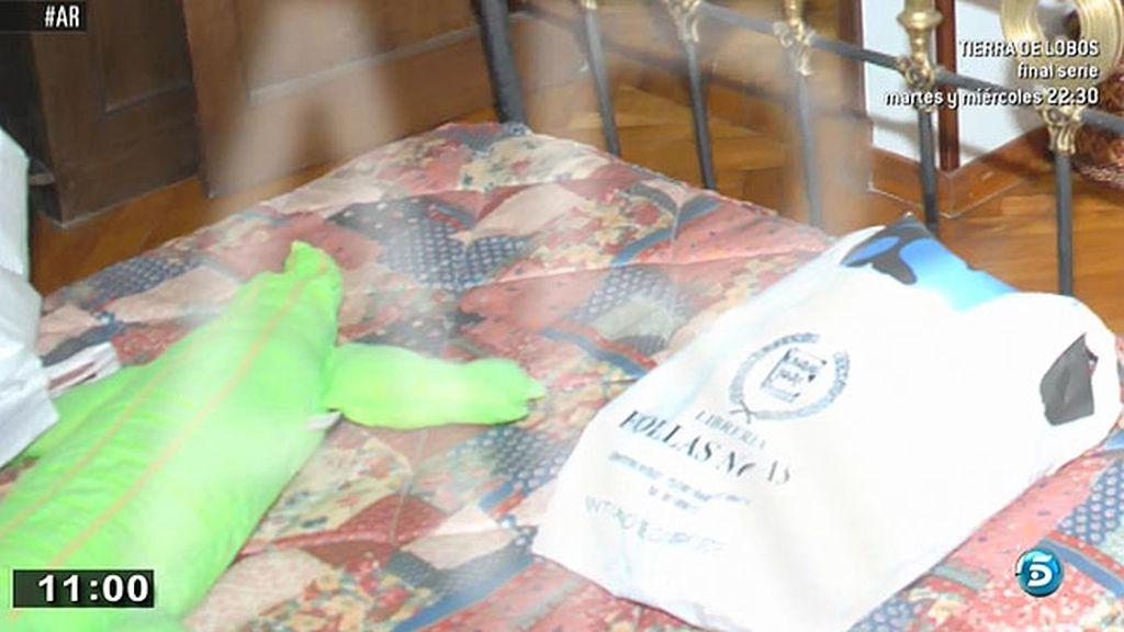 Un peluche y una bolsa sobre la cama