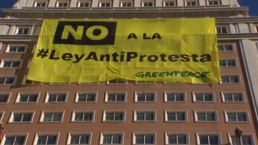 """Activistas de Greenpeace despliegan una pancarta contra la """"ley antiprotesta"""""""