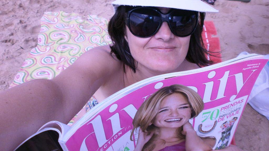 El 'punto d' de María del Pilar Castillo, una sesión de lectura Divinity en la playa