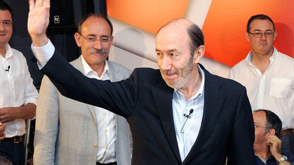 El candidato socialista a la presidencia del Gobierno en las próximas elecciones generales y ministro del Interior, Alfredo Pérez Rubalcaba (c), saluda a su llegada al acto sobre educación celebrado hoy en Valladolid.