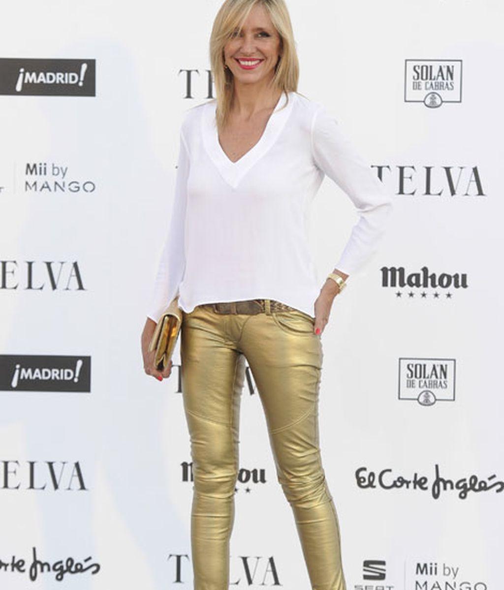Marta Robles con un pantalón en tono dorado y jersey blanco