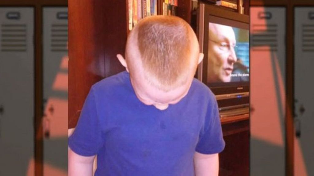 Le obligan a cambiar su corte de pelo