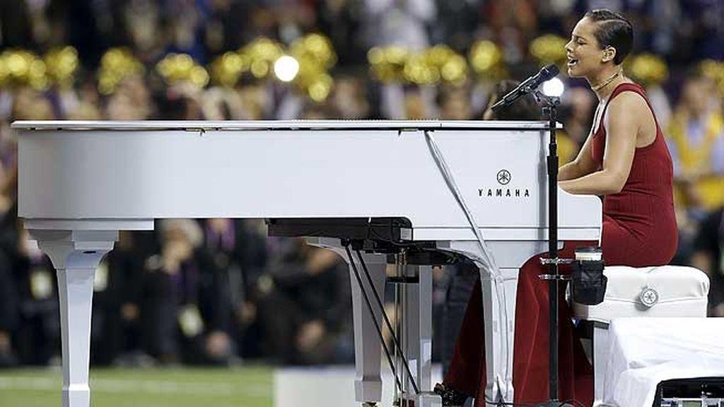 Cantó en directo y fue acompañada en el escenario con sus excompañeras de Destiny's Child