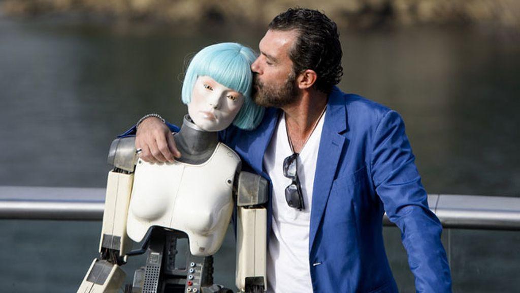 Reapareció Antonio Banderas y le dio un beso a su pareja 'autómata'