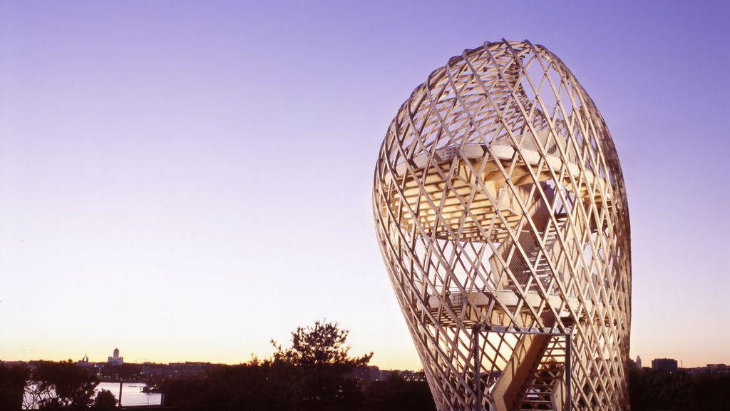Con su original estructura son bien visibles en medio del paisaje