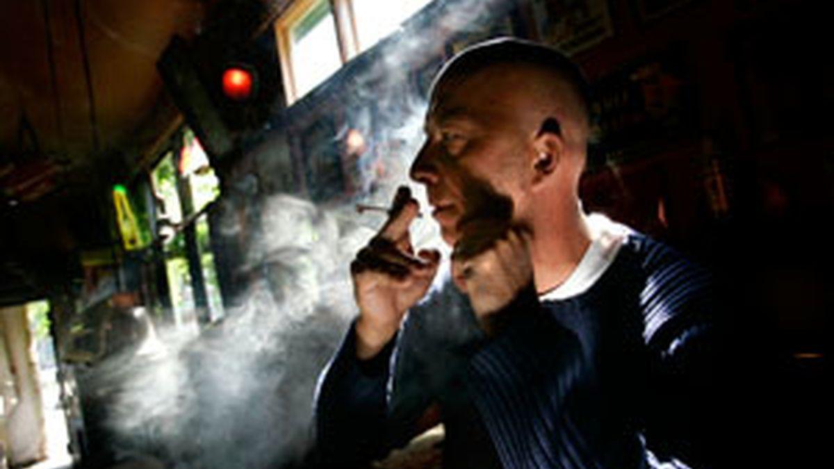 Un hombre fuma marihuana en un 'coffee shop' en Rotterdam. Foto: Reuters.