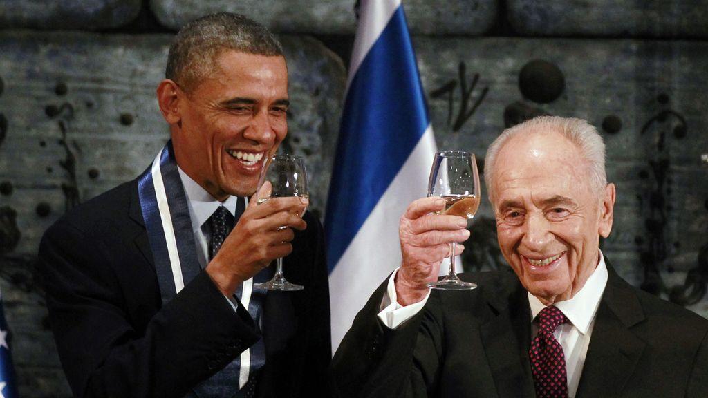 Obama brinda con Simon Peres durante la cena de gala de su visita a Israel