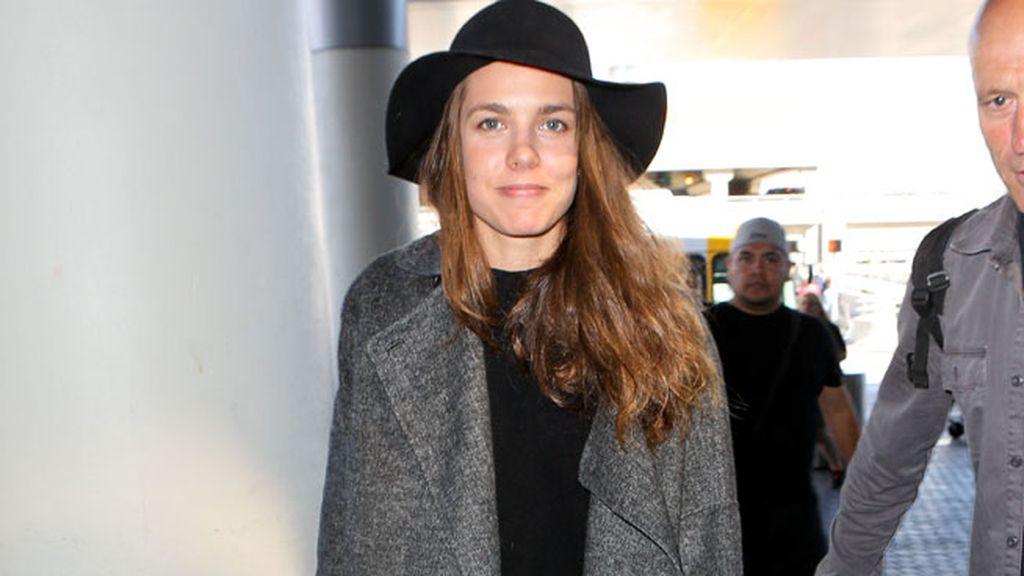 Abrigo ancho, coleta y camiseta para  el 'look' de aeropuerto de Carlota