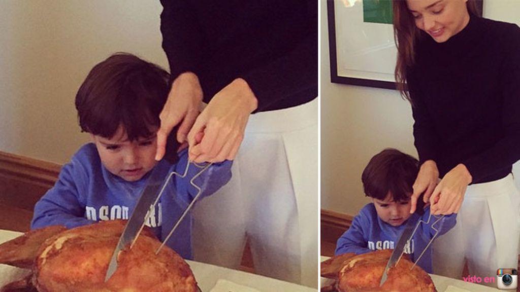 Miranda Kerr y su hijo Flynn trinchan el tradicional pavo juntos