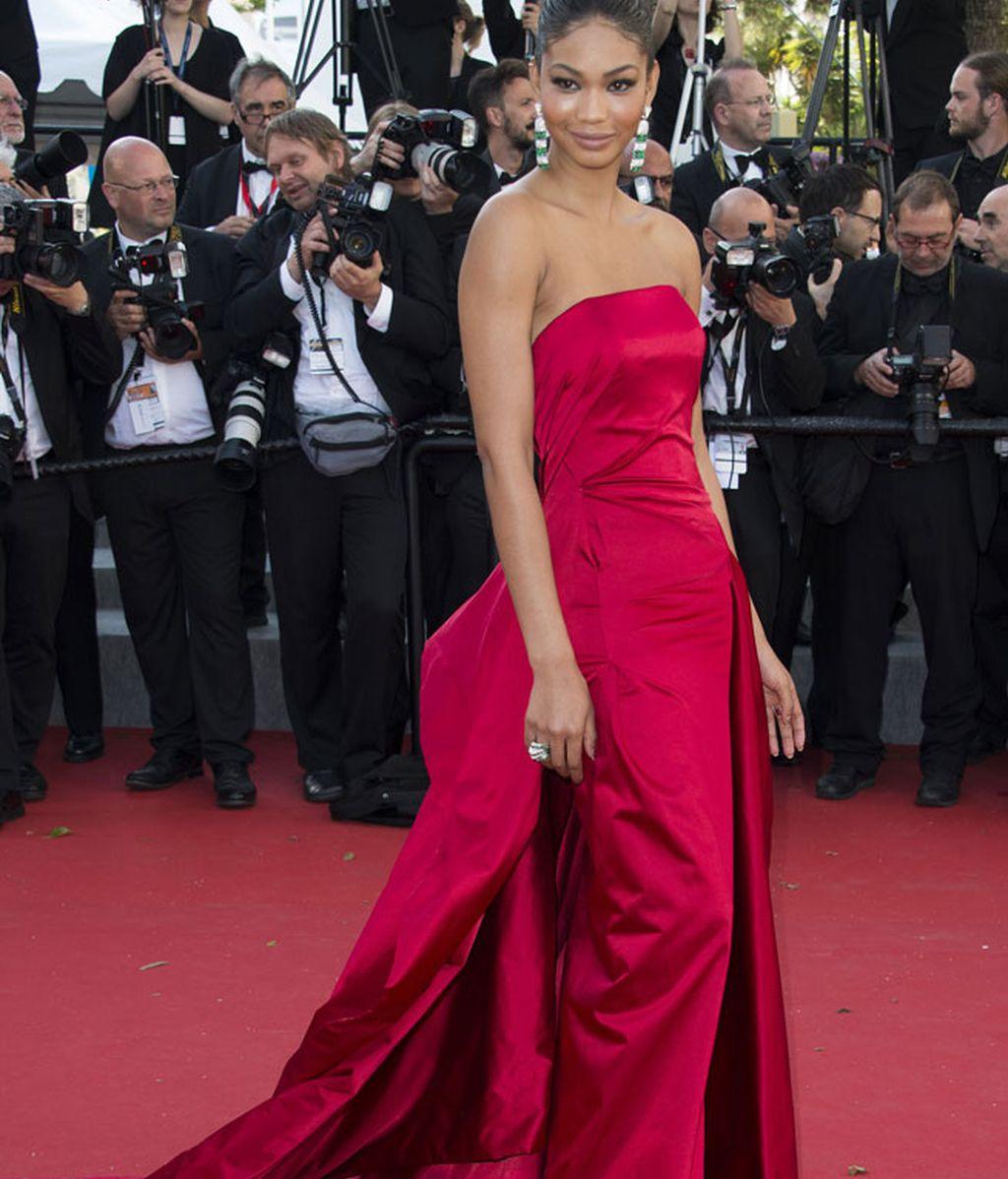 Chanel Iman, con vestido rojo con cola de Donna Karan