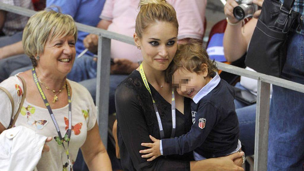 Alba Carrillo junto a su hijo Lucas y Belén, la madre de Feliciano López