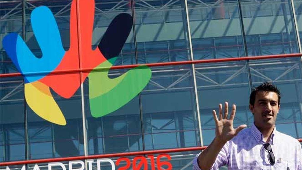 El medallista olímpico de bronce en esgrima, José Luis Abajo, posa frente al logotipo de Madrid 2016