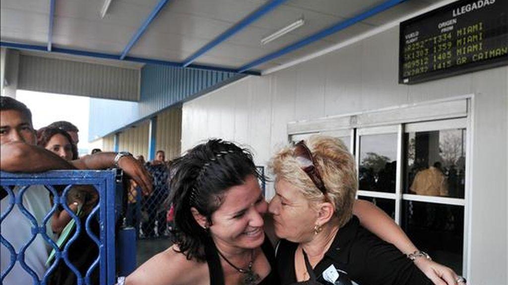 Ciudadanos cubanos reciben a sus familiares residentes en Estados Unidos este lunes en el aeropuerto de La Habana, luego de que el presidente Barack Obama decidiera levantar las restricciones a los viajes y envíos de remesas a Cuba. EFE
