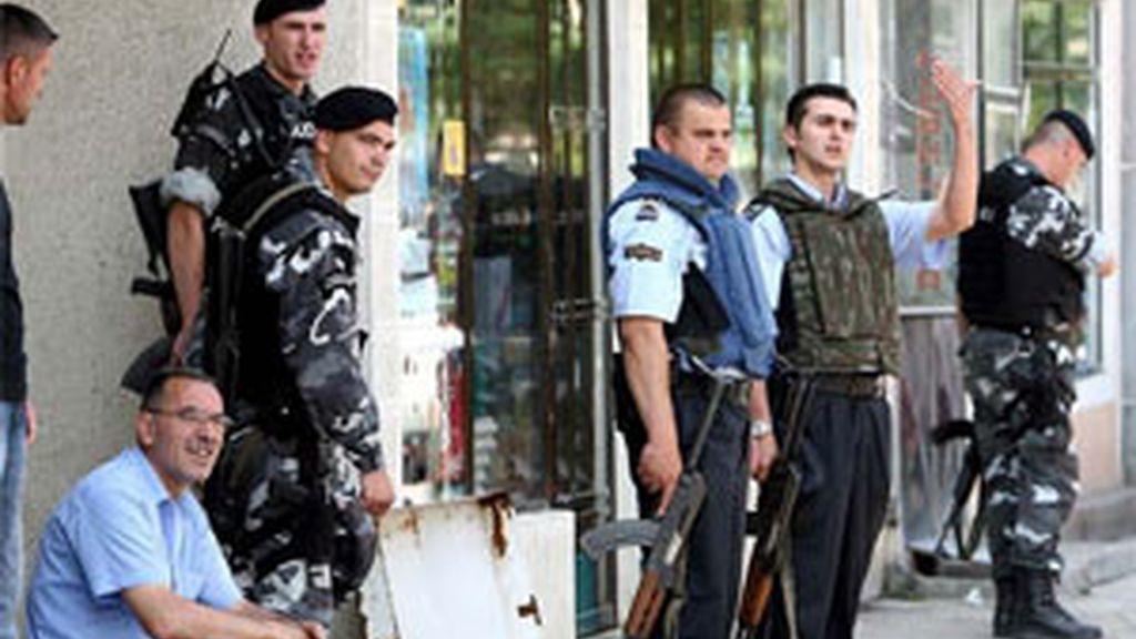 La policia ha protegido los colegios armada con subfusiles. Foto: EFE
