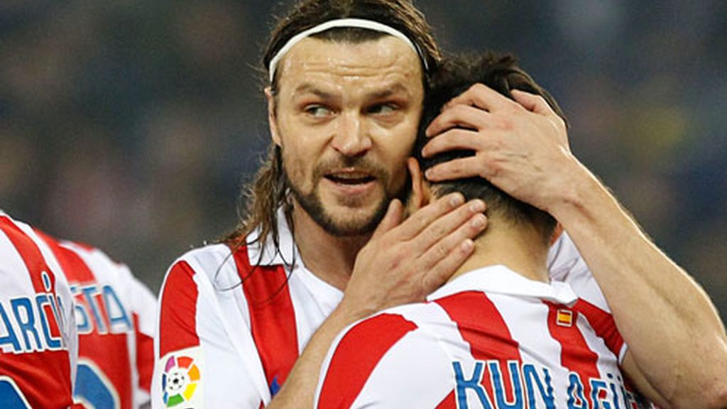 Ujfalusi abraza a su compañero tras un tanto atlético
