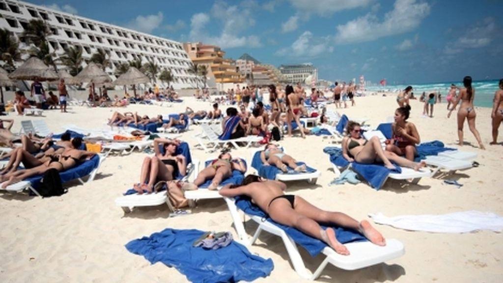 Jóvenes tomando el sol en la playa