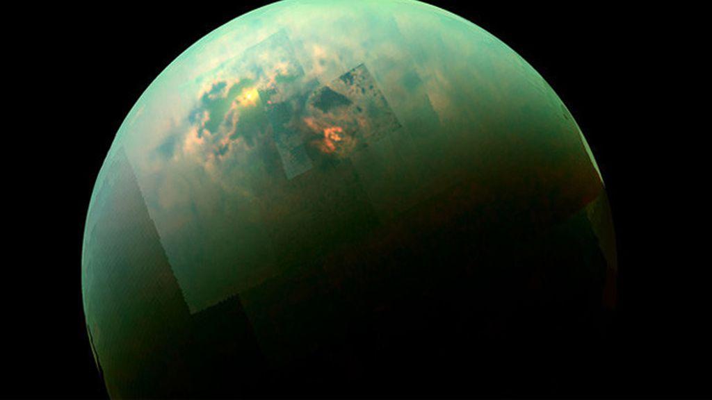 Detectan una enorme nube de hielo en la luna de Saturno