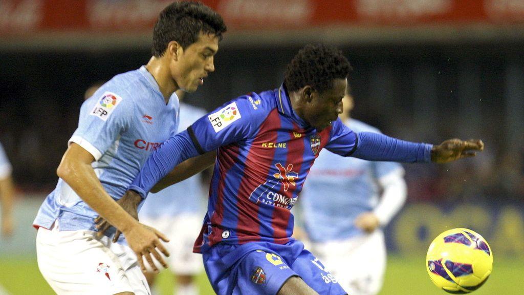 El defensa argentino del Celta, Gustavo Cabral (i), presiona al delantero nigeriano del Levante, Martins Obafemi
