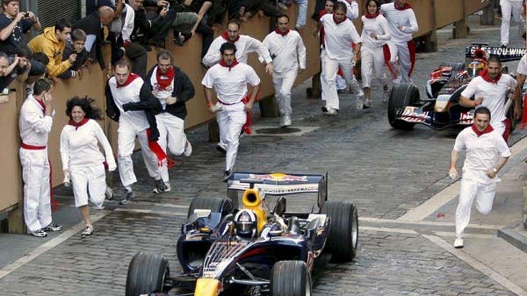 Los corredores recorren el encierro junto con los monoplazas. Foto: EFE