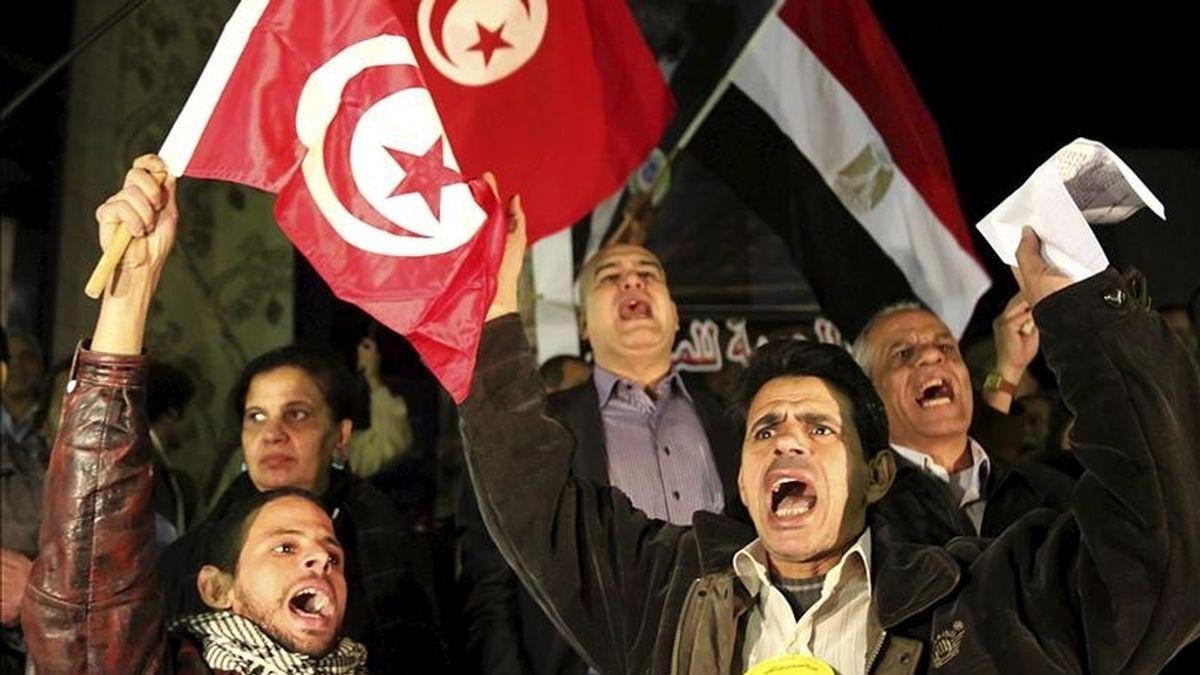 Manifestación frente a la embajada de Túnez en El Cairo en apoyo al pueblo tunecino. EFE