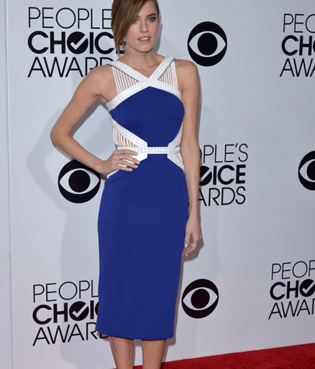 Allison Williams con un vestido asimétrico en azul eléctrico y blanco