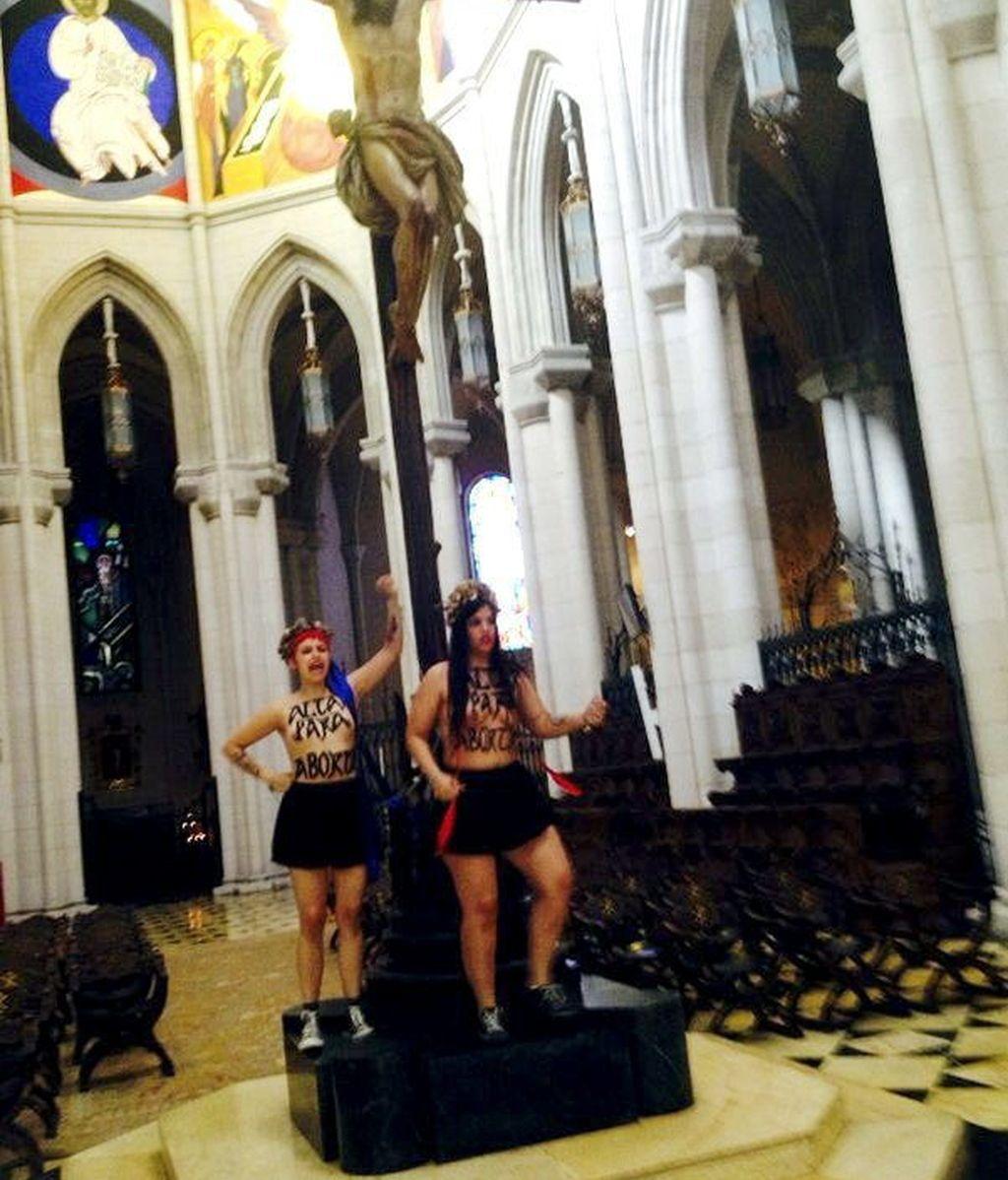 Dos activistas de FEMEN se encadenan a un crucifijo en la Almudena