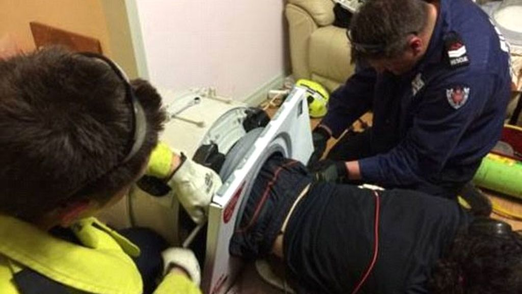 Los bomberos lo liberan al quedar atrapado dentro de una lavadora