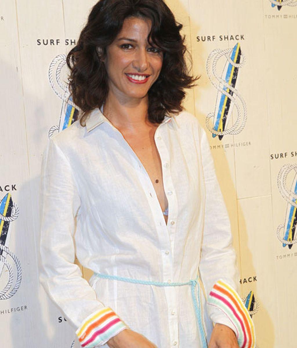 Jimena Mazzuco con un vestido liviano con detalles a rayas